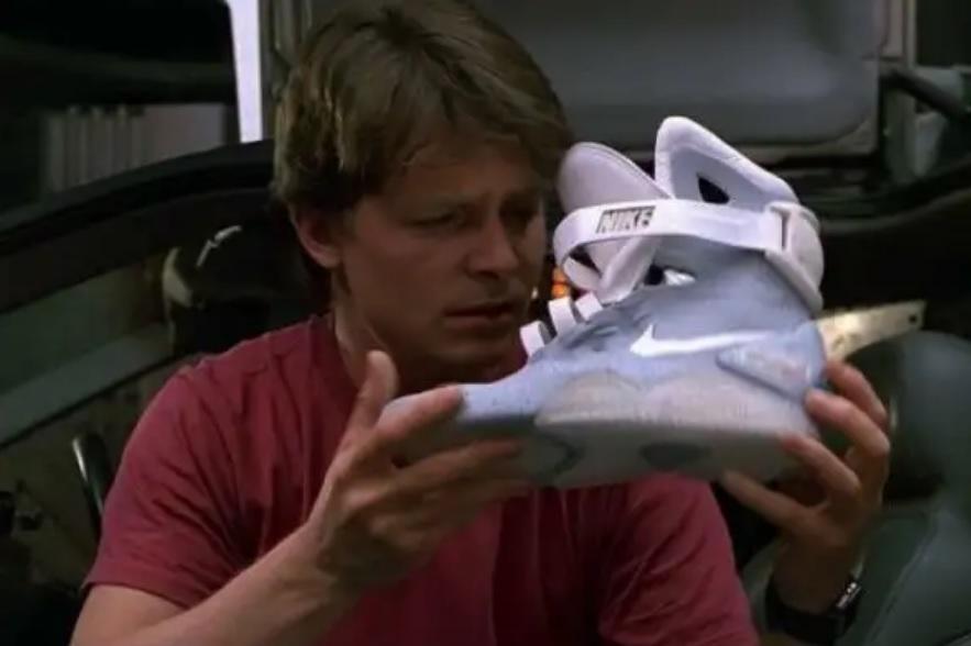 Některé módní trendy se dokonce vyznačovaly nezavázanými tkaničkami  vloženými jen tak dovnitř boty. e0194deb33